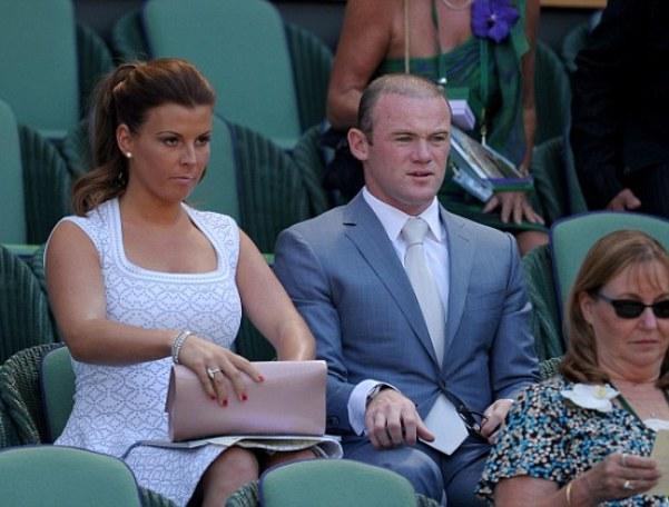 Mặc bộ vest bảnh bao, Rooney cùng vợ đến khá sớm, nhanh chóng ngồi vào khu vực Royal Box (gồm 74 ghế dành cho khách VIP).