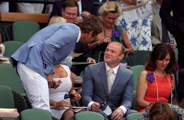 Nam diễn viên chính của bộ phim Hangover, Bradley Cooper tới hỏi thăm Rooney trước khi vào chỗ ngồi.