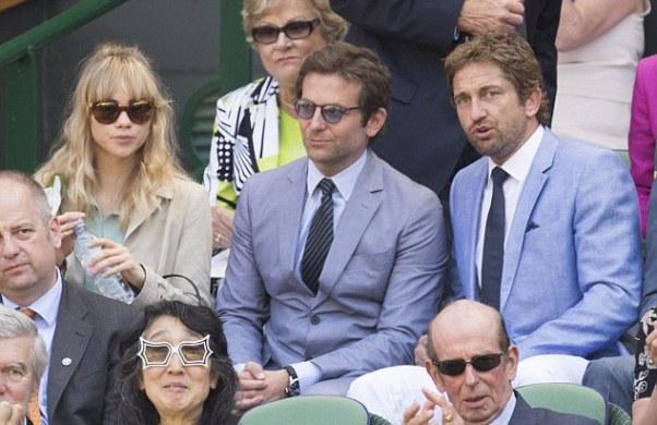 Bradley Cooper ngồi giữa bạn gái siêu mẫu (trái ảnh) và nam diễn viên của bộ phim 300, Gerrard Butler.