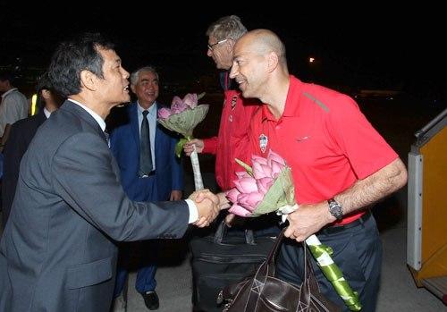 Tổng thư ký Ngô Lê Bằng chào mừng thầy trò HLV Wenger.