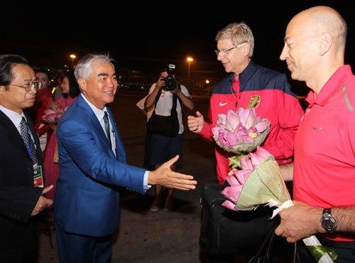 Hai Phó chủ tịch VFF Lê Hùng Dũng và Nguyễn Lân Trung bắt tay chào đón Arsenal đến Việt Nam.