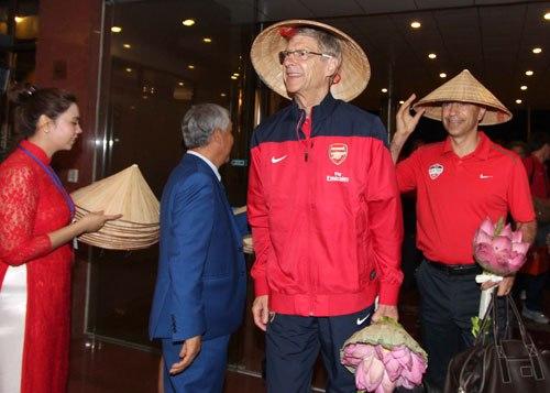 Thầy trò HLV Wenger được tặng nón lá và bó hoa sen.