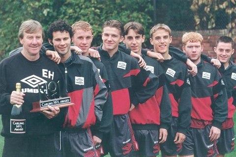 Lần lượt từ trái sang là HLV đội trẻ Eric Harrison, Ryan Giggs, Nicky Butt, David Beckham, Gary Neville, Phil Neville, Paul Scholes và Terry Cooke năm 1992.