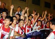 Thầy trò HLV Wenger được chào đón nồng nhiệt ở Nội Bài