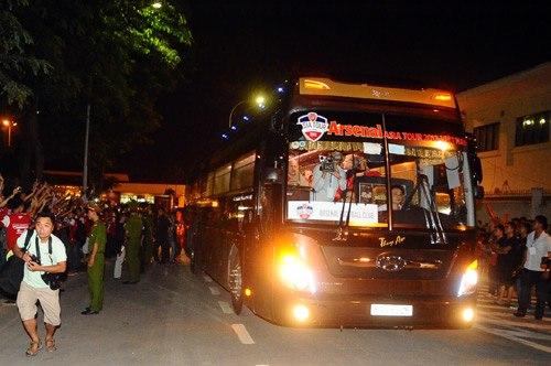 Toàn đội lên xe về khách sạn trong vòng vây của nhóm fan.