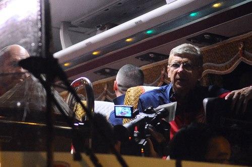 Thầy trò HLV Wenger vừa thi đấu với Indonesia trước khi trải qua hành trình hơn 4 tiếng bay.