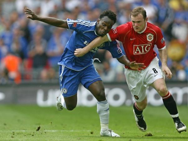 Đôi giày Rooney (phải ảnh) thi đấu trong trận chung kết FA Cup năm 2007 sẽ được đem đấu giá