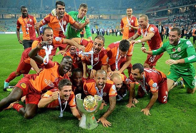 """Drogba cùng đồng đội mừng chiến thắng sau trận tranh Siêu Cup Thổ Nhĩ Kỳ tuần qua. """"10 trận chung kết, ghi bàn cả 10 trận, đoạt 10 danh hiêu"""", tiền đạo người Bờ Biển Ngà viết trên Twitter sau đó"""