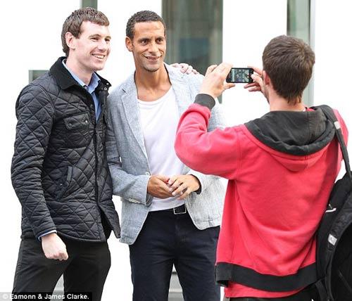 Một fan xin chụp ảnh cùng Ferdinand
