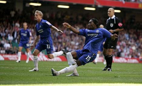 Năm 2005 còn chứng kiến một trận tranh Cup khác mà Drogba cũng ghi bàn đem lại chiến thắng cho Chelsea: Community Shield. Lần này anh lập công tới hai lần giúp The Blues đánh bại Arsenal với tỷ số 2-1.