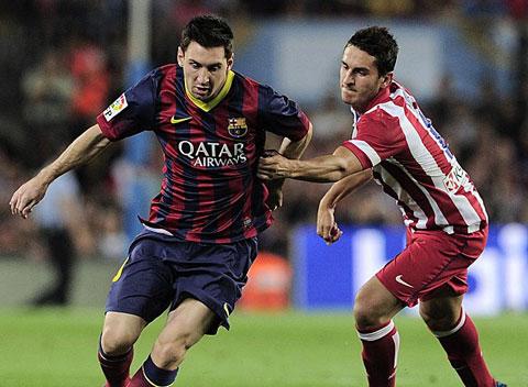 Messi (trái) đã có một trận đấu nhạt nhòa
