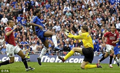 """""""Voi rừng"""" thực sự thể hiện rõ bản năng của một ông vua đấu Cup khi ghi bàn duy nhất trong trận chung kết FA Cup 2007. Chelsea thắng Man Utd 1-0 ("""