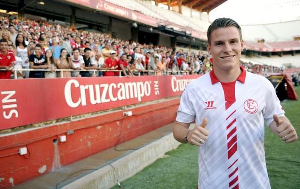Kevin Gameiro, cầu thủ vừa chia tay PSG để đến với Sevilla, xếp thứ tư với gần 4% số phiếu bình chọn. Tiền đạo 26 tuổi này từng ghi 96 bàn tại các giải đấu ở Pháp