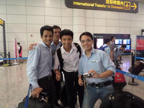"""Vừa đến sân bay Bạch Vân (Quảng Châu), """"Running man"""" Vũ Xuân Tiến đã được nhiều người nhận ra và chụp ảnh cùng."""