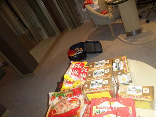 """""""Running man"""" mang theo rất nhiều bánh đậu xanh và các đặc sản quê Hải Dương để tặng bạn bè mới."""