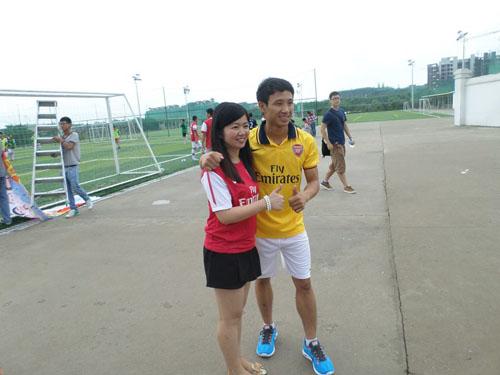 Chụp ảnh giao lưu với cổ động viên Arsenal trước khi ra sân đá giao hữu.