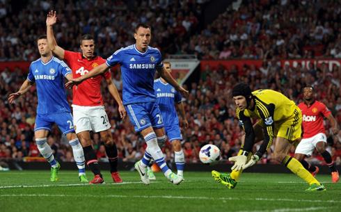 """Van Persie trận này """"tắt điện"""" vì sự đeo bám của cặp Terry - Cahill bên phía Chelsea. Ảnh: AFP."""
