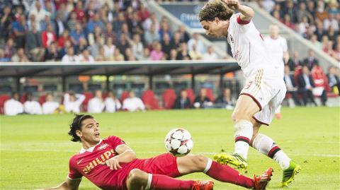 Montolivo (phải) cùng Milan phải rất vất vả mới giành được một kết quả hòa có bàn thắng trước PSV