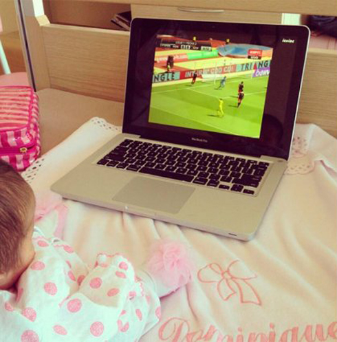 Con gái cùng bà xã xem Falcao thi đấu trong bệnh viện. Ảnh: Twitter.
