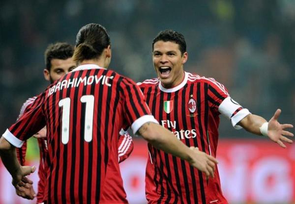 """Tháng 5/2012: HLV Massimiliano Allegri của AC Milan khẳng định trên kênh truyền hình của đội bóng rằng: """"Câu lạc bộ và ngài Chủ tịch quyết tâm duy trì AC Milan ở đẳng cấp cao. Ibrahimovic và Thiago Silva vì vậy sẽ ở lại""""."""
