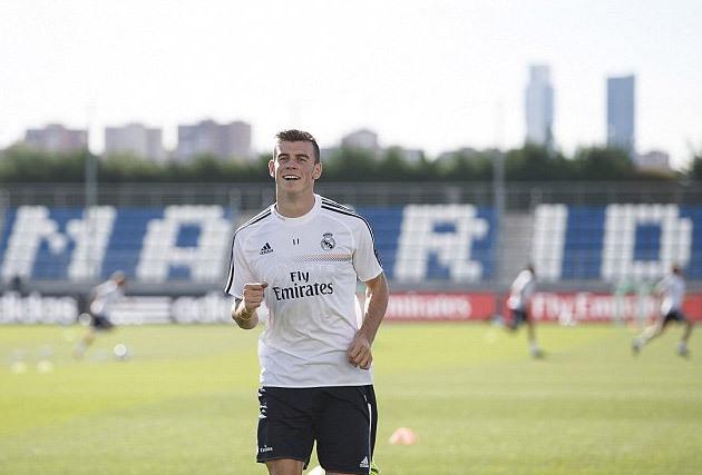 Chiều 11/9, sau khi kết thúc loạt trận quốc tế với tuyển xứ Wales, Gareth Bale lập tức tới Madrid tập buổi đầu tiên cùng CLB mới. Giới hâm mộ đang chờ đón cầu thủ trị giá 100 triệu euro ra sân trong trận gặp Villarreal thứ bảy này tại La Liga.