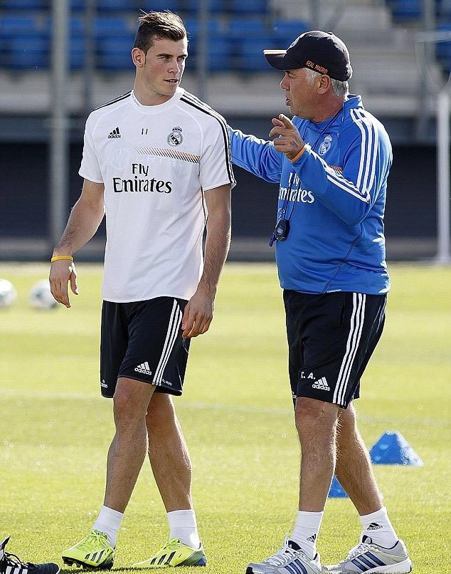 """HLV Carlo Ancelotti bắt đầu """"lên lớp"""" về chiến thuật cho cậu học trò mới."""
