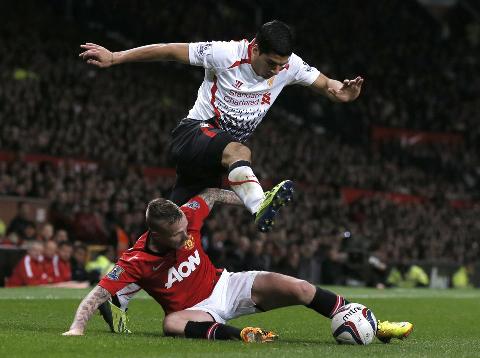 Suarez (áo trắng) và các đồng đội đã chơi một trận khá hay nhưng không may. Ảnh: Reuters.