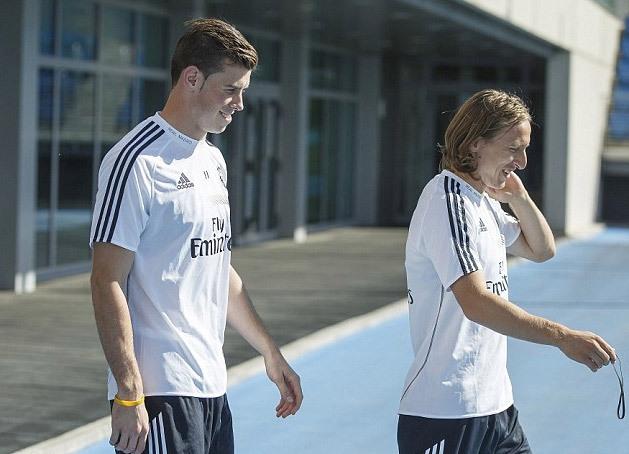 Bale tái ngộ Luka Modric, đồng đội một thời tại Tottenham. Modric đầu quân cho Real sớm hơn một năm so với cầu thủ đắt giá nhất thế giới.