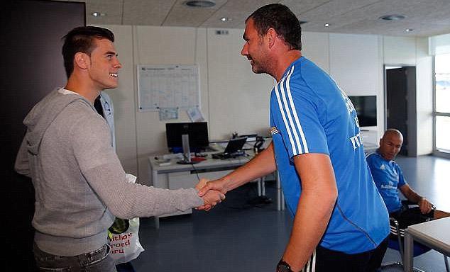 Bale chủ động chào hỏi các thành viên khác của ban huấn luyện, trong đó có Zinedine Zidane (người ngồi ghế)