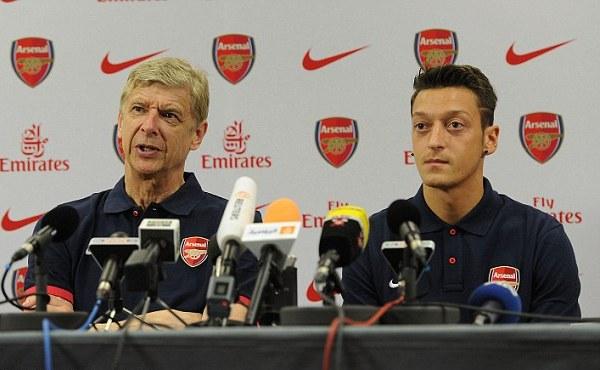 Oezil và Wenger trong buổi họp báo - Ảnh: Getty