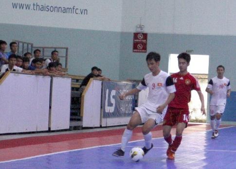 Cầu thủ Trung Quốc áp sát rất nhanh