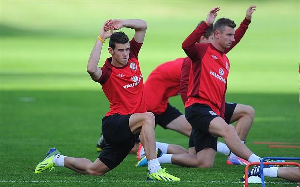 Bale tập luyện cùng các đồng đội ở tuyển Xứ Wales