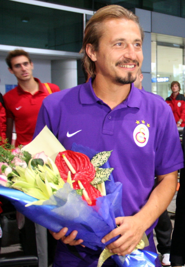 HLV U23 Galatasaray nhận hoa tại sân bay