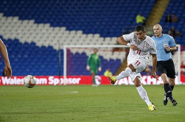 Một ngôi sao khác của Man City, hậu vệ trái Aleksandar Kolarov nã đại bác từ cự ly 30 mét, làm tung lưới chủ nhà Xứ Wales trong trận Serbia thắng 3-0.