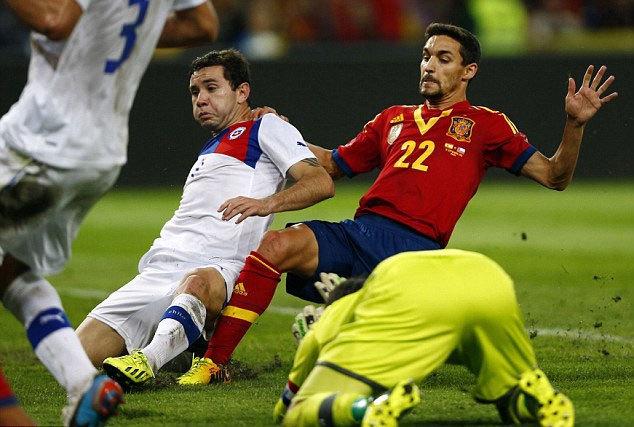 Đồng đội của Aguero ở Man City là Jesus Navas (áo đỏ) thì ấn định tỷ số hòa 2-2 ở phút chót trận giao hữu Tây Ban Nha - Chile trên sân Geneva, Thụy Sỹ.