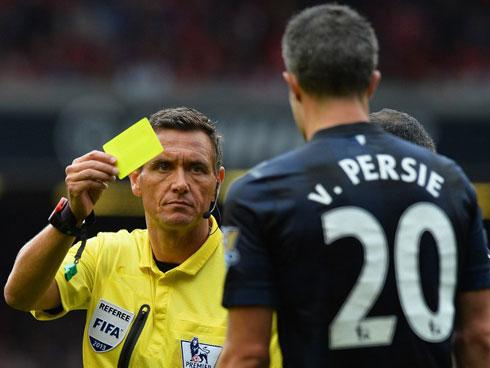 Van Persie mất bình tĩnh, tranh cãi với đối thủ, cự nự trọng tài trong trận thua Liverpool.