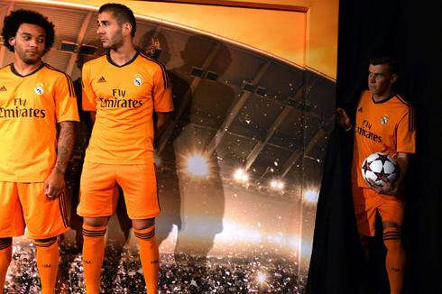 Hôm qua, Real Madrid tổ chức buổi họp báo ra mắt mẫu trang phục thứ ba của đội bóng này sẽ sử dụng trong mùa giải năm nay. Marcelo, Benzema và tân binh Gareth Bale là những cầu thủ được lựa chọn làm người mẫu cho buổi ra mắt áo đấu mới.