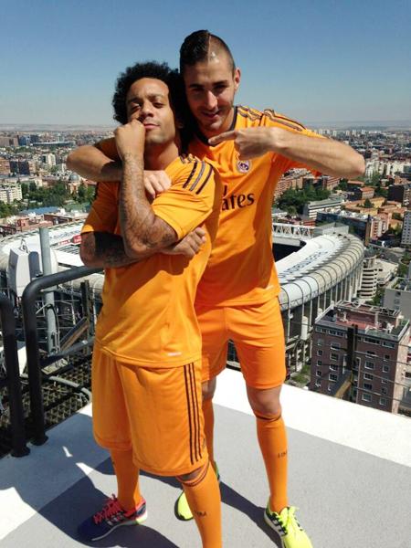 Benzema tạo dáng nhí nhảnh cùng Marcelo.