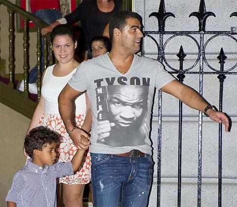 Ông anh Hugo rất chăm cậu con trai của Ronaldo