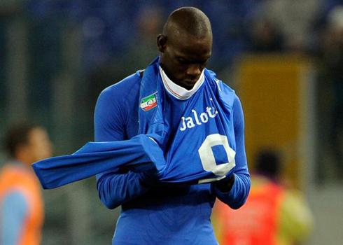 Balotelli mặc áo ngược.