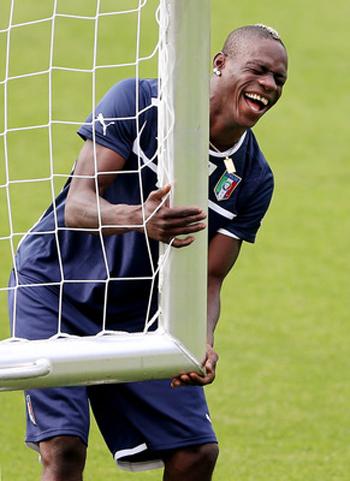 Khoảnh khắc cười tít mắt của Balotelli.