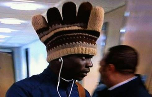 Balotelli gây chú ý với chiếc mũ hình găng tay.