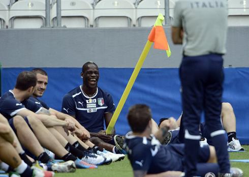 Balotelli' trêu đùa đồng đội.