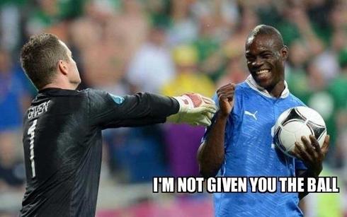 'Tôi không đưa bóng cho anh đâu', Balotelli ôm bóng đùa thủ môn Given