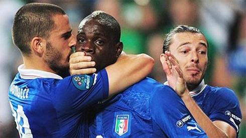 Balotelli bị đồng đội bịt miệng khi ăn mừng.