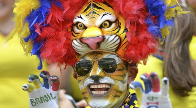 Sắc màu quyến rũ trên khán đài vòng loại World Cup 2014