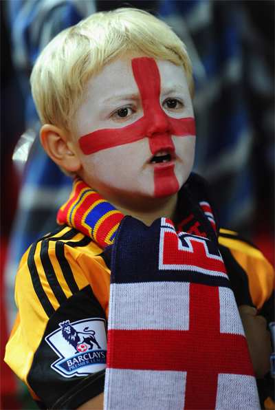 Gương mặt được vẽ hình cờ nước Anh của một CĐV nhí, trong trận đấu giữa đội chủ nhà với Moldova ở sân Wembley.