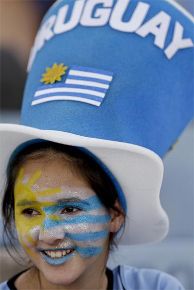 Vẻ đẹp dịu nhẹ của CĐV Uruguay, trong trận gặp Colombia ở vòng loại khu vực Nam Mỹ.