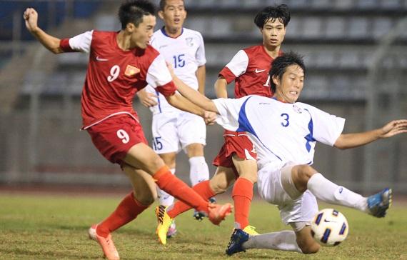Văn Toàn (9) cũng có một trận đấu xuất sắc không kém với một cú đúp