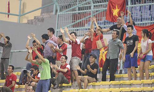 Các CĐV Việt Nam nhảy múa ăn mừng.